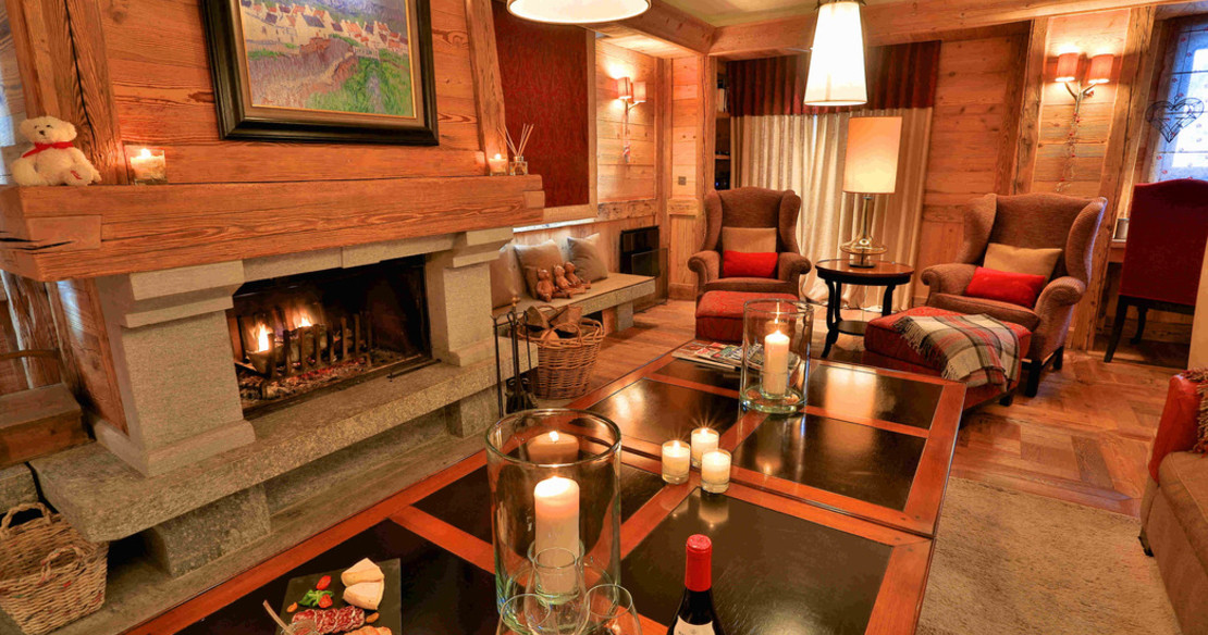 Chalet Trois Ours Meribel - canapes in front of fire