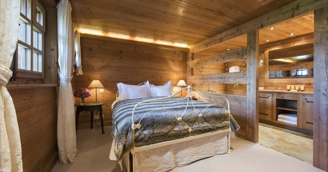 Luxury Chalet Le Ti Verbier - bedroom with open bathroom