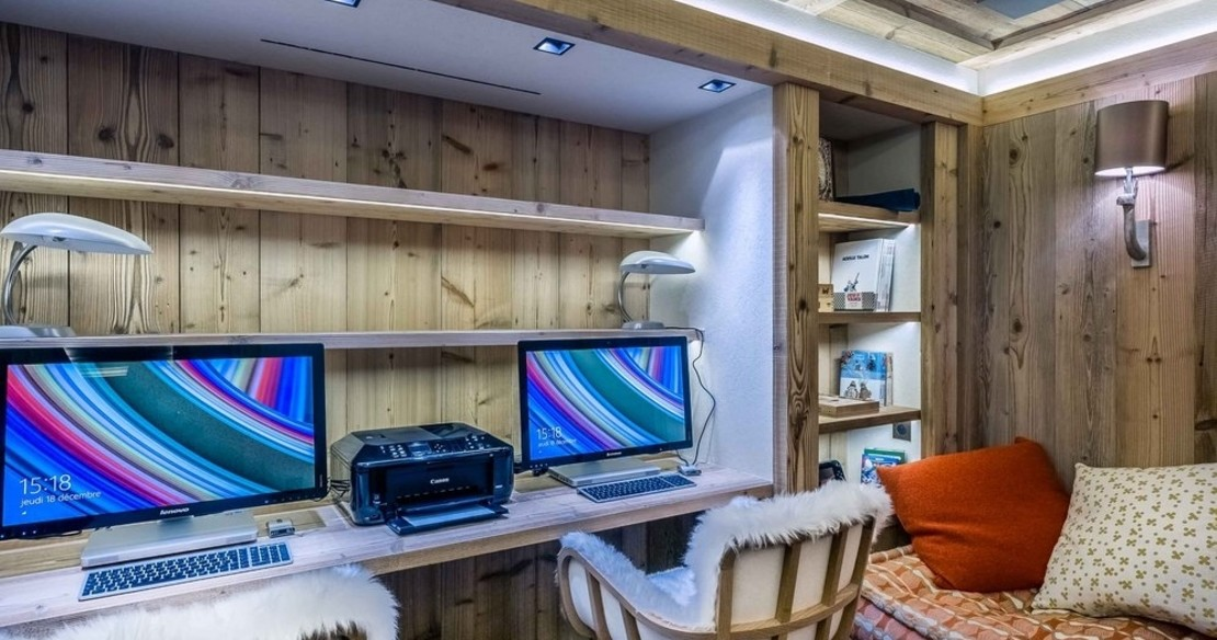 Chalet Cryst'Aile, Courchevel 1850, office and computer